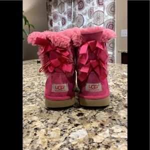 Girls UGGS Bailey Bow Pink Short Fuzzy Boot Size 1